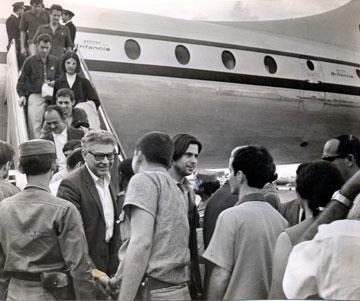 The released political prisoners disembarking in Mexico. Maria Augusta Carneiro Ribeiro is halfway down the stairs.